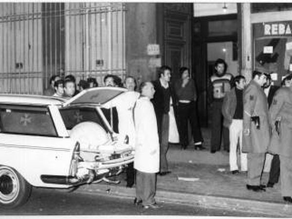 Police and ambulance staff outside the building in Madrid's Atocha street January 24, 1977. FERNANDO MORENO/elpais
